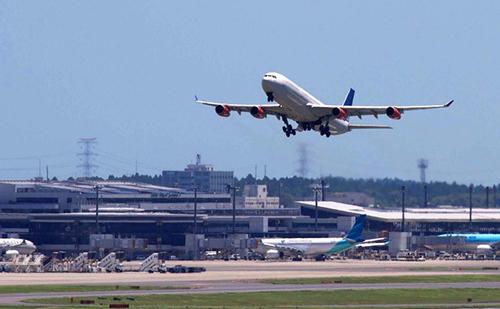 成田空港から飛び立つ飛行機