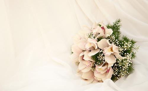 結婚式場に置かれたお祝いの花