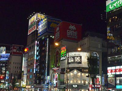 年中、人が行き交う夜の新宿歌舞伎町