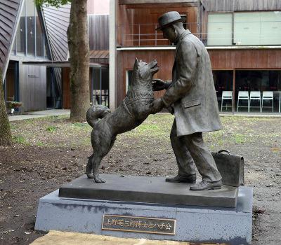 東京大学農学部にある銅像「上野英三郎博士とハチ公」