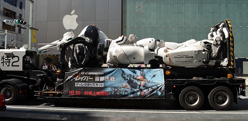 「THE NEXT GENERATION パトレイバー」の宣伝カーとApp Store銀座