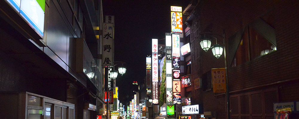 夜の新宿歌舞伎町の様子