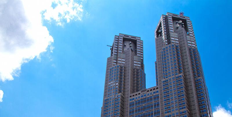 青空の下の東京都庁